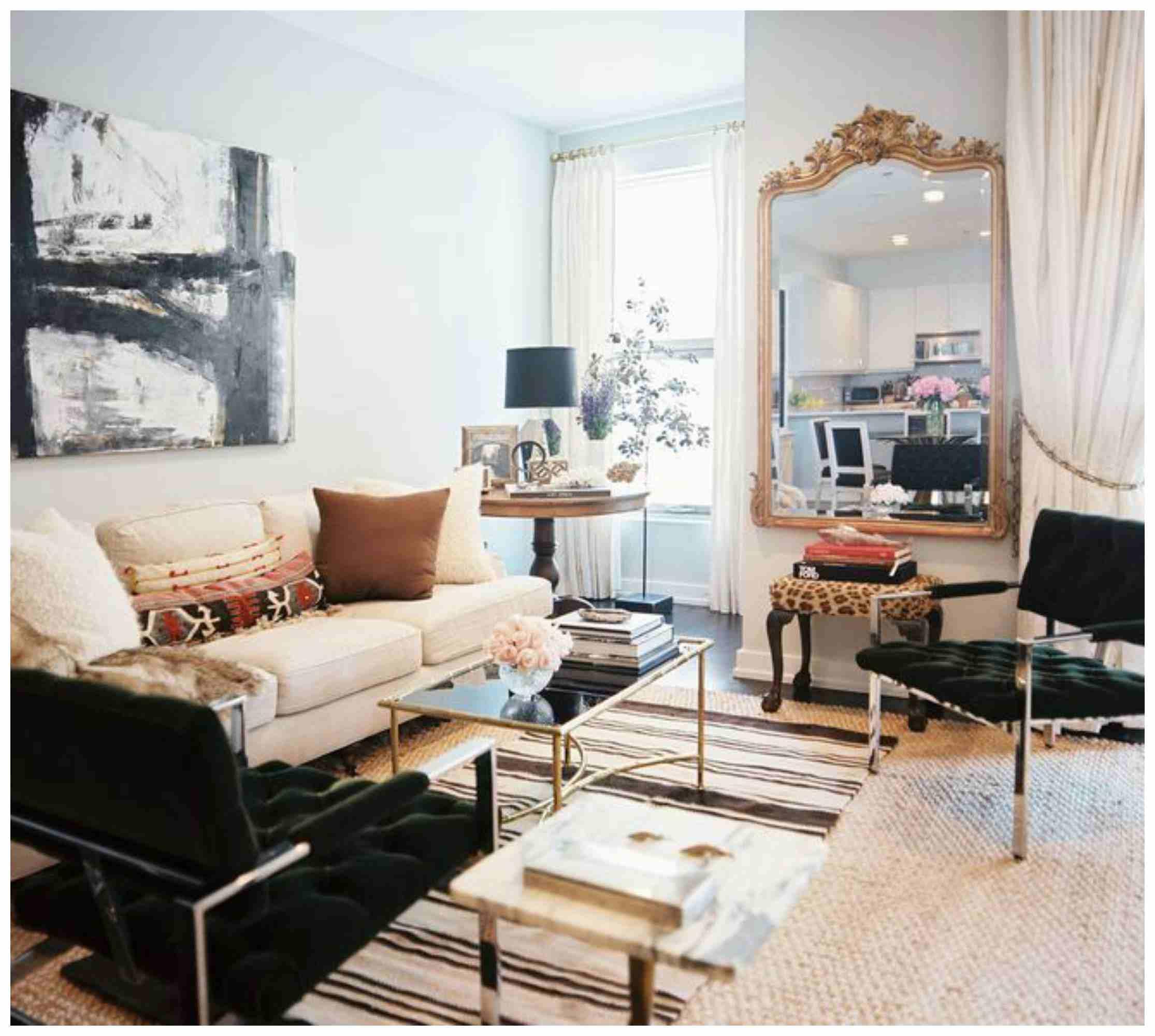Sala pequeña con sofá beige, espejo grande, mesa de cristal y sillas marrones oscuras