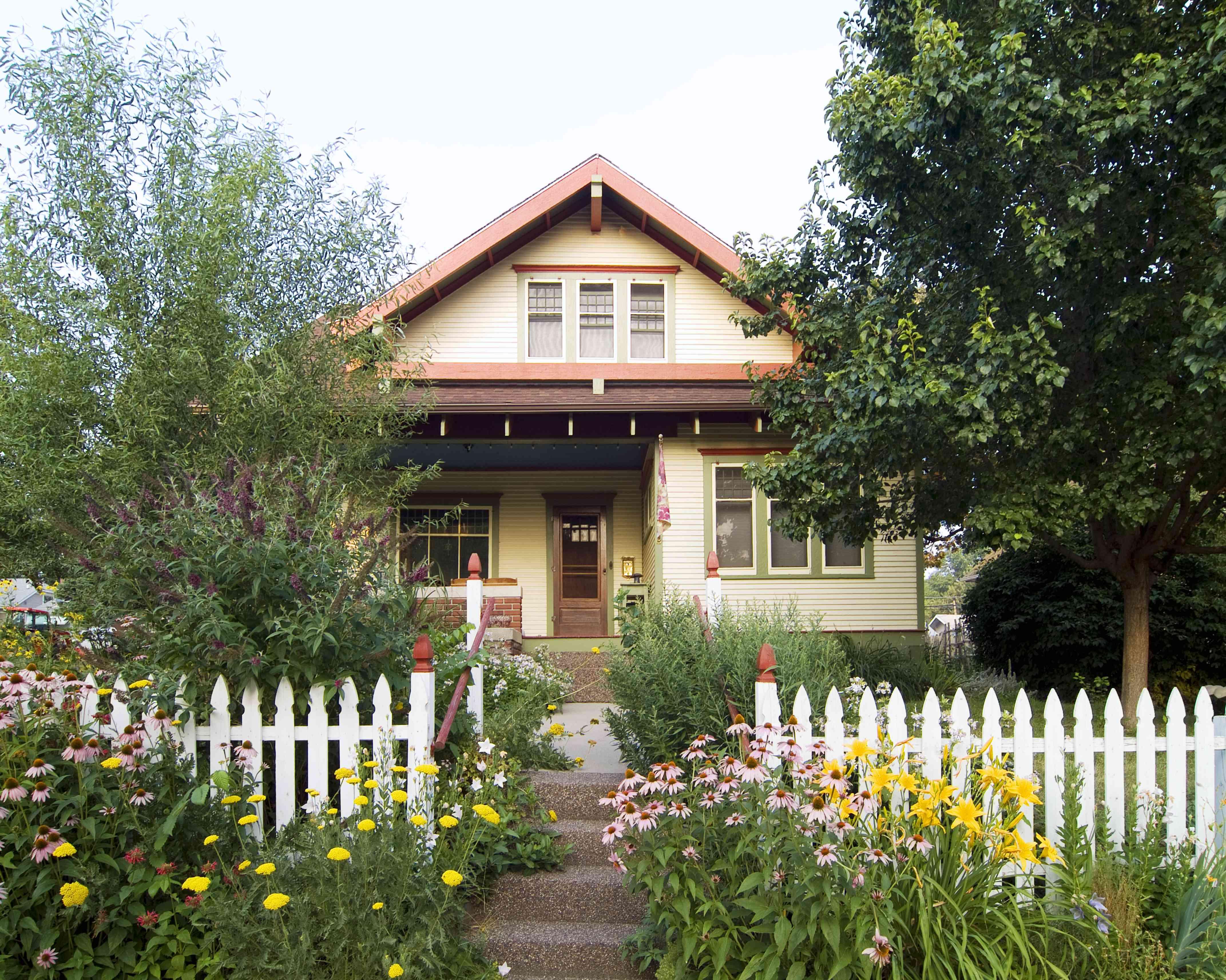 Casa del bungalow con cerca blanca