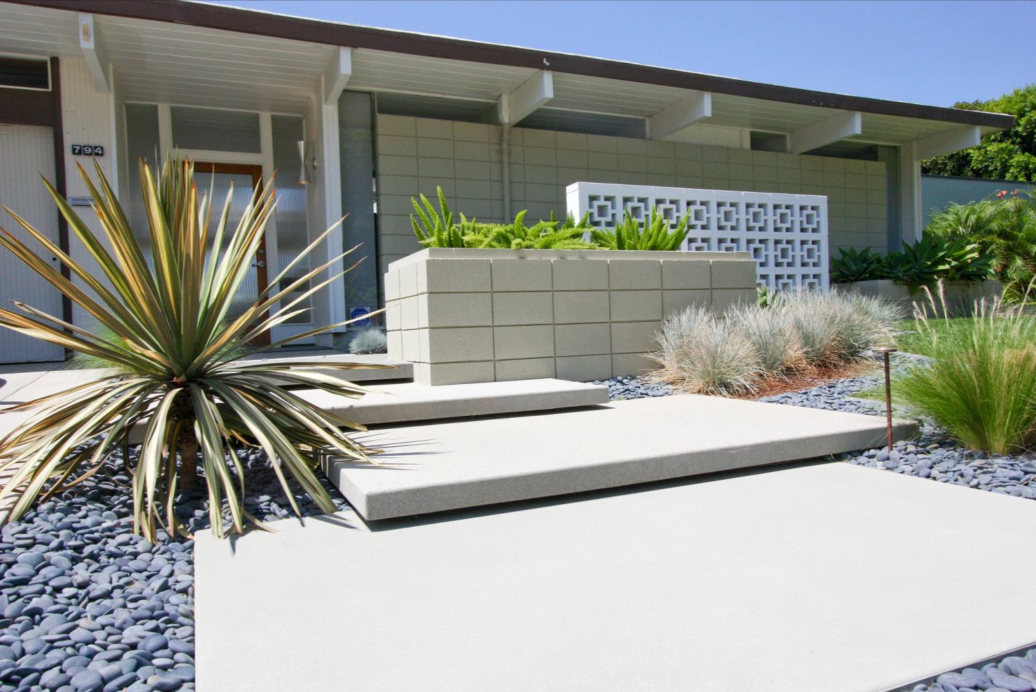 25 Garden Designs For Midcentury Modern Homes