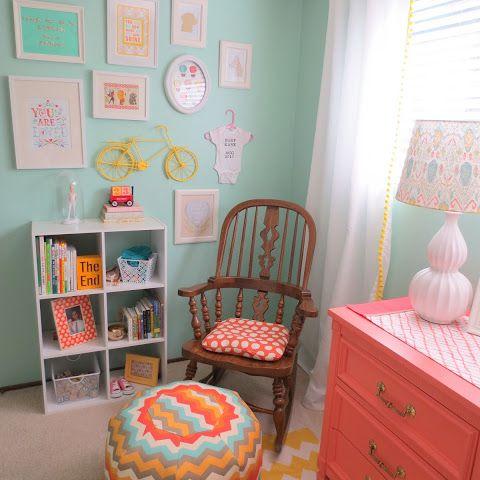 Vivero colorido con paredes de aguamarina y acentos naranjas y amarillos
