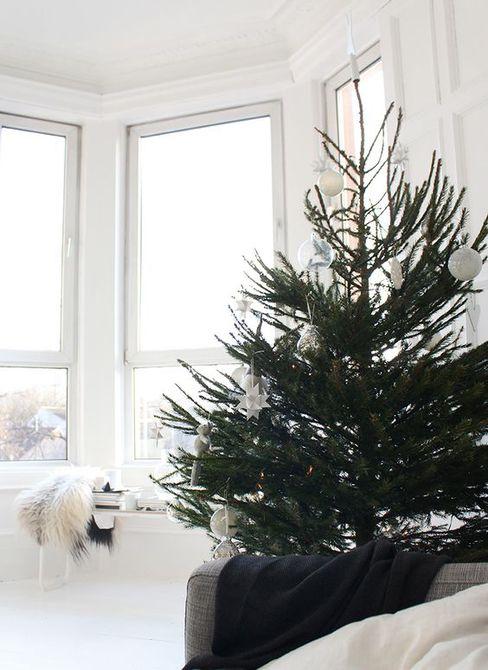 Árbol de Navidad en una habitación blanca