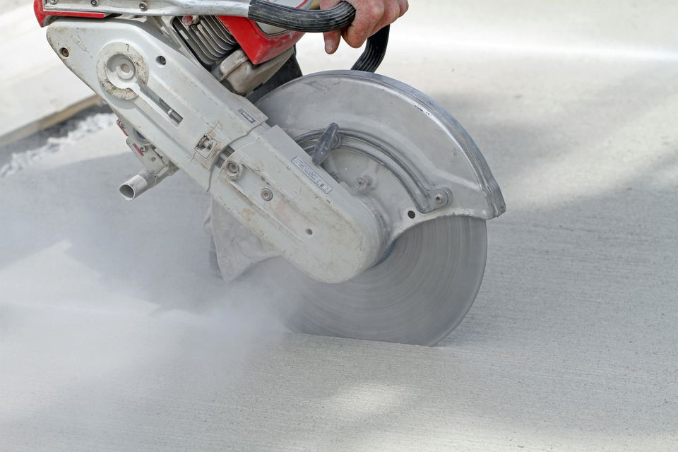Sawing concretes