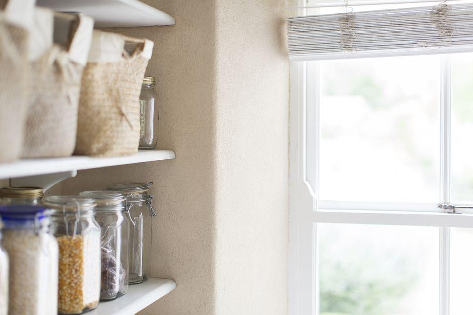 Artículos secos y ventana de una despensa