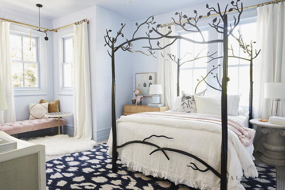 cama con dosel de árbol negro