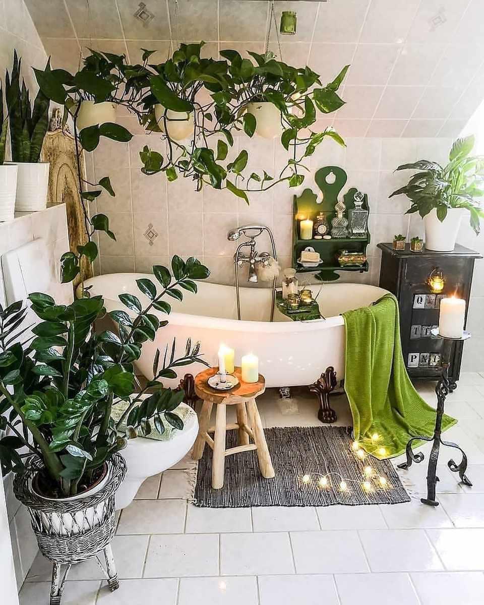 Un baño con plantas verdes.