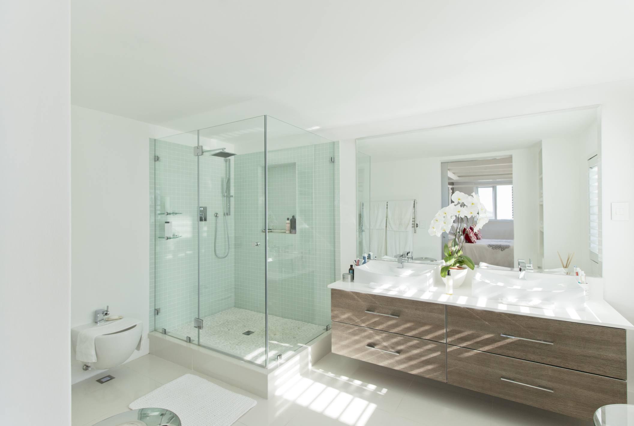 Baño con encimera en voladizo y ducha sin marco 177243700