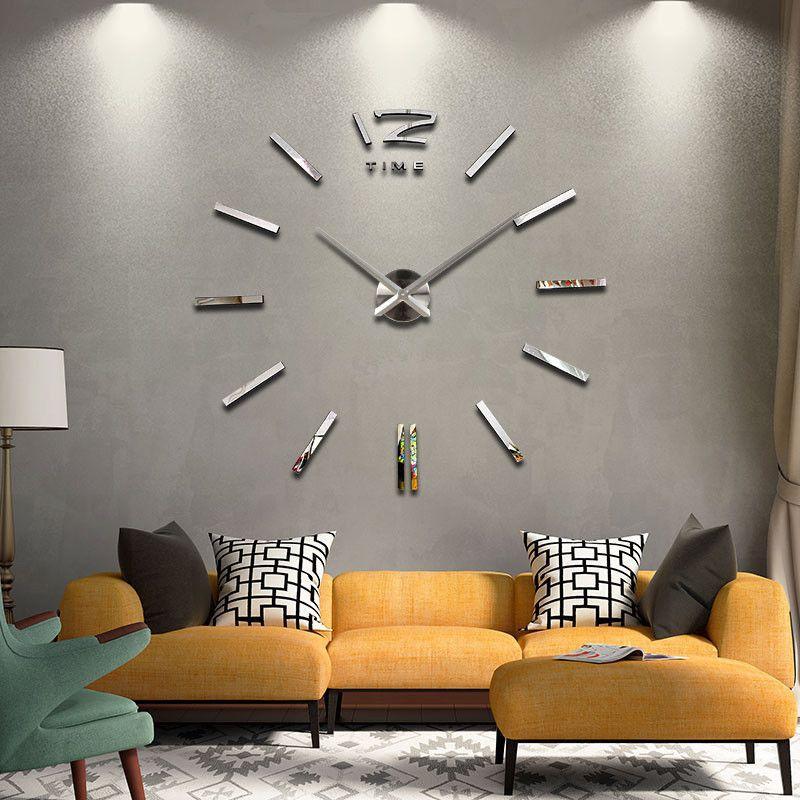 Habitación gris con arte de pared de reloj extragrande