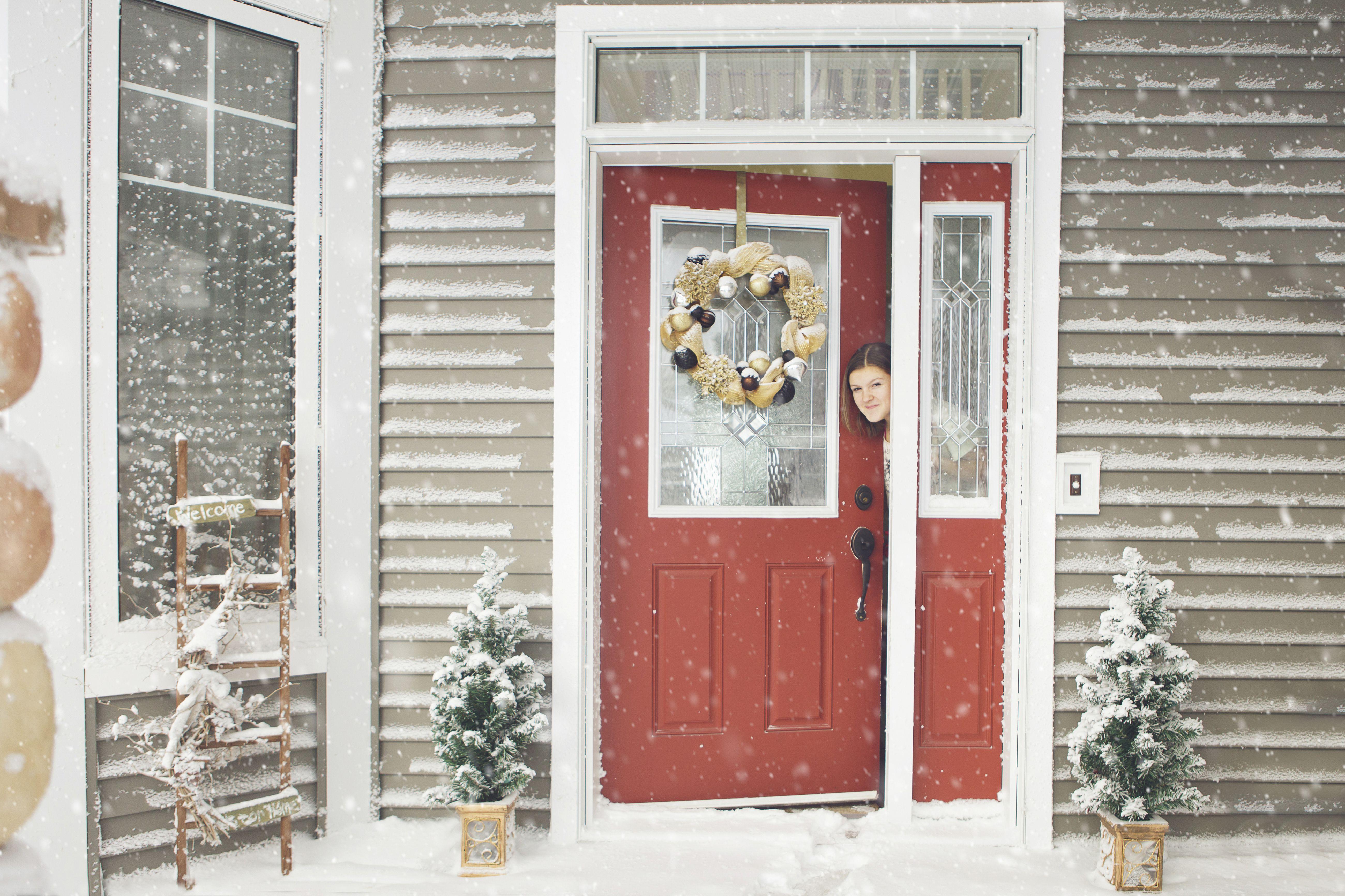 casa gris con puerta roja