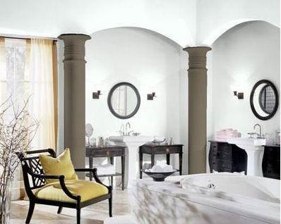 baño principal con columnas