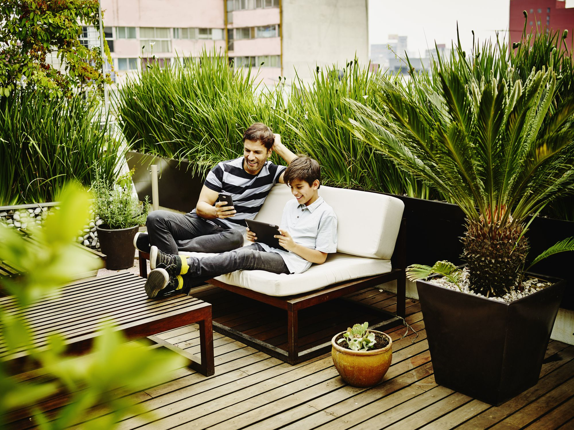 hombre y niño descansando en la terraza