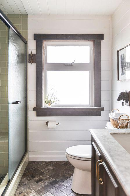 Baño con azulejos grises y azulejos de ducha verdes