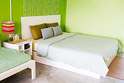 Interior de dormitorio moderno con varios tonos de rosa