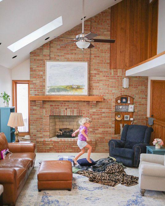Sala de estar con paredes de ladrillo y marrón