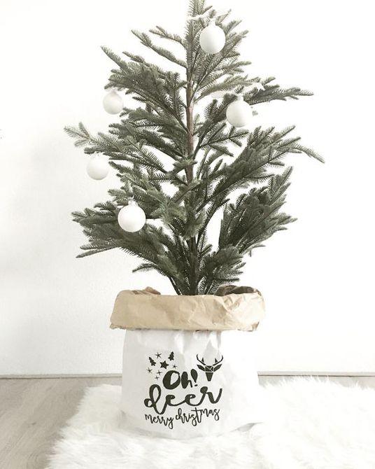 Árbol de Navidad escandinavo en un soporte de bolsa
