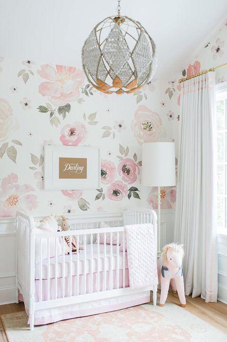 Vivero rosa y blanco con papel tapiz floral dramático