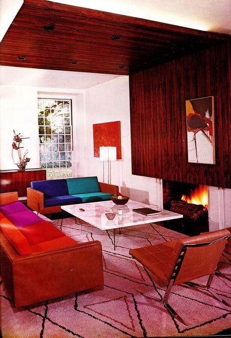 Habitación colorida en tonos cálidos de rojo y rosa