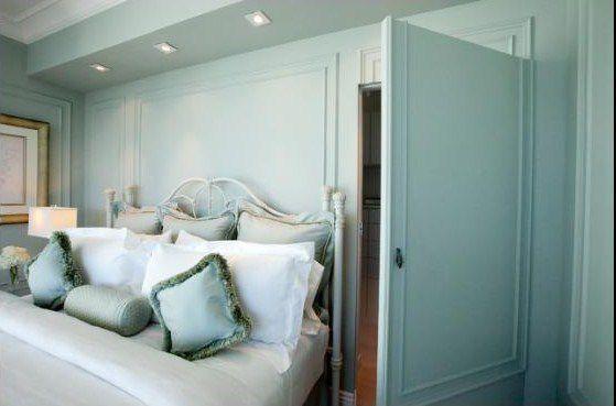 Puerta de armario oculta en dormitorio ecléctico