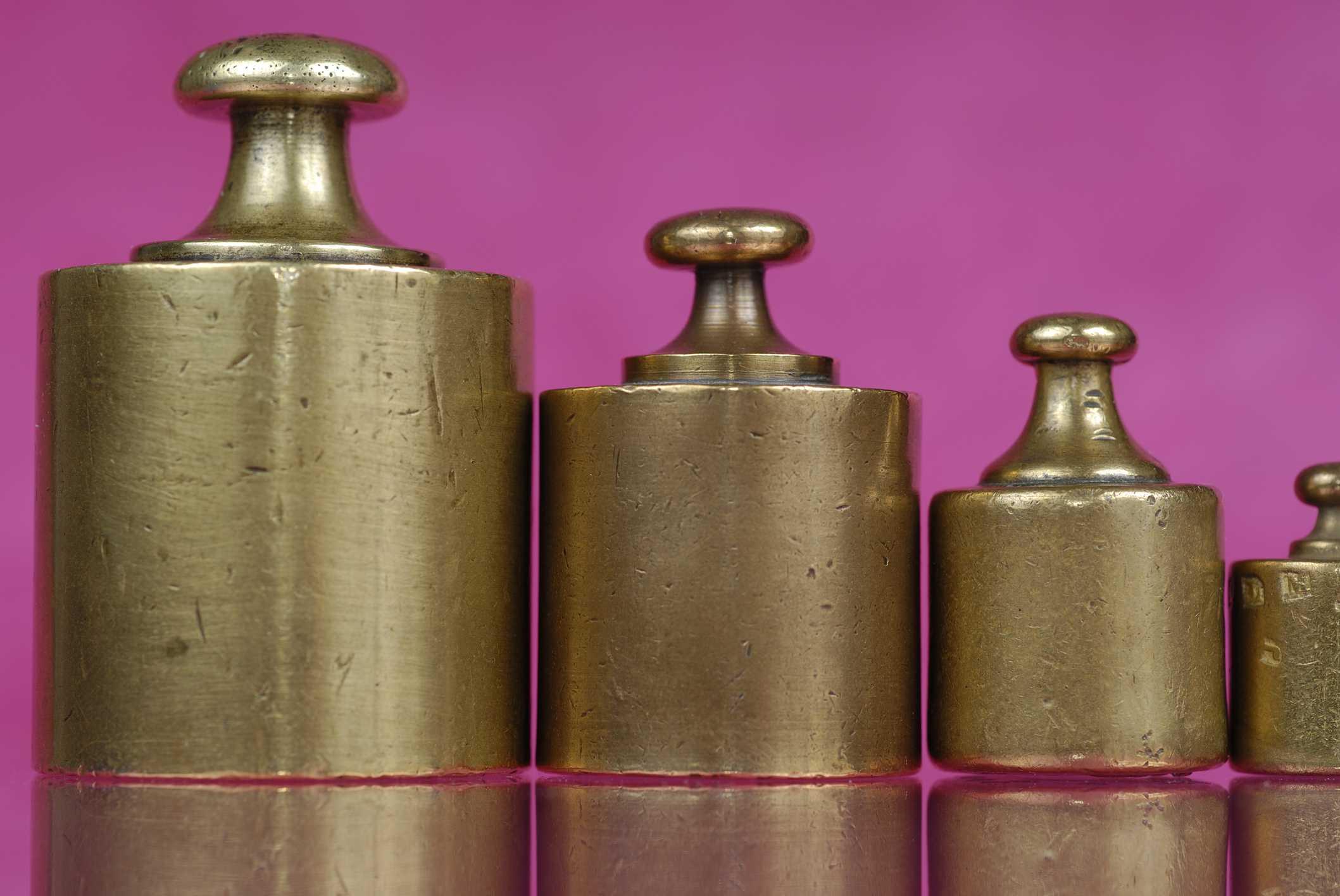 Un juego de pesas de cobre