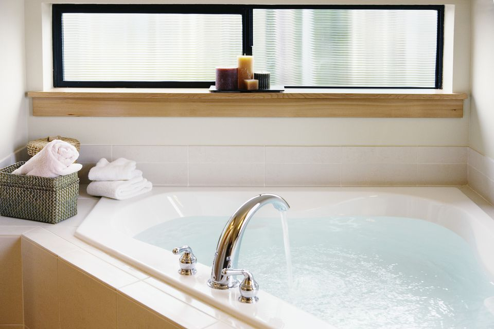 Water flowing bathtub