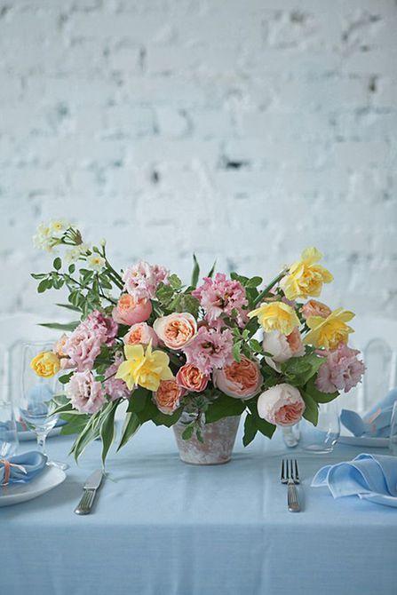 Centro de mesa de boda de primavera de narciso