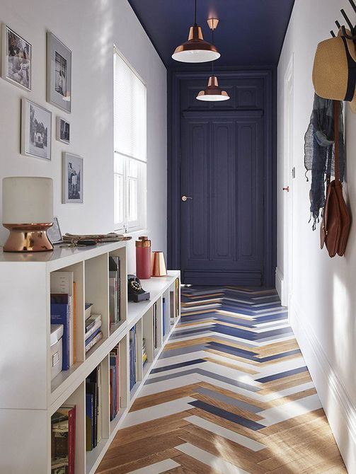 piso de madera en espiga azul y marrón