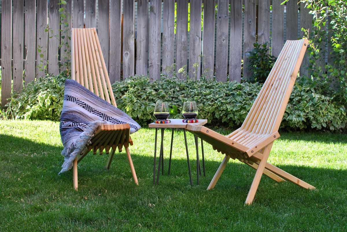 Dos sillas de palo en un patio soleado