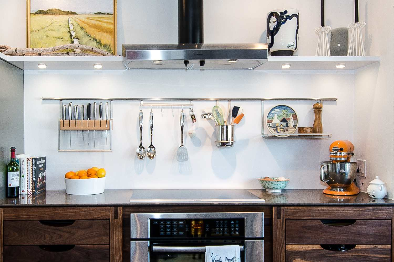 Iluminación arquitectónica en la cocina moderna sobre la estufa