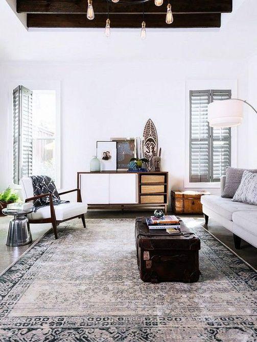 A moderna sala de estar con paredes blancas y alfombra antigua