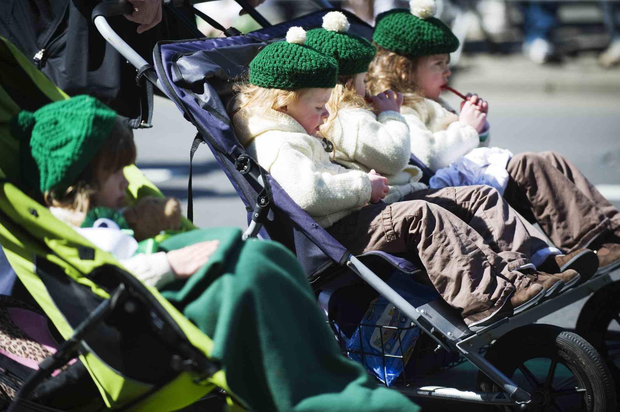 USA, New York State, New York City, Manhattan, girls in green, St Patricks Day celebrations, 5th Avenue