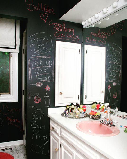 Baño para niños de pizarra negra, blanca y rosa rosa