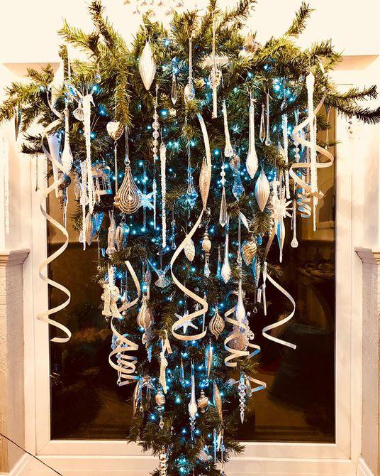 árbol de navidad al revés de cinta blanca