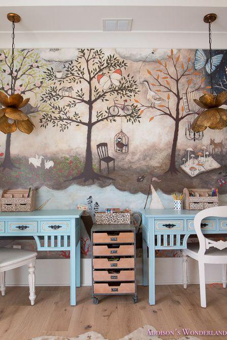 Sala de artesanía con mural de árboles y flores luces colgantes .
