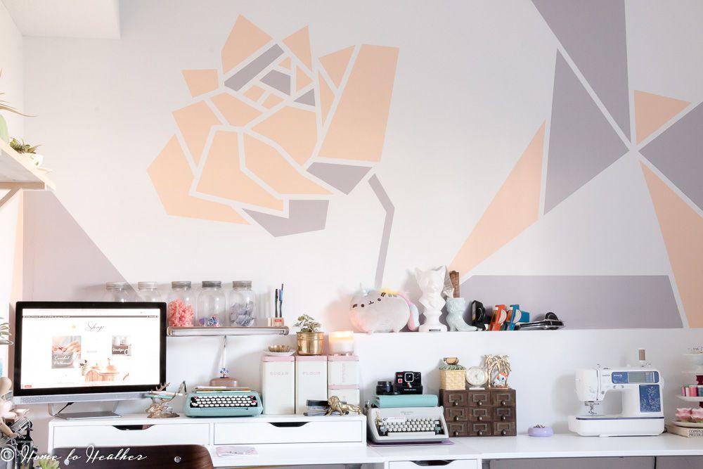 Sala de manualidades con diseño de rosas en la pared