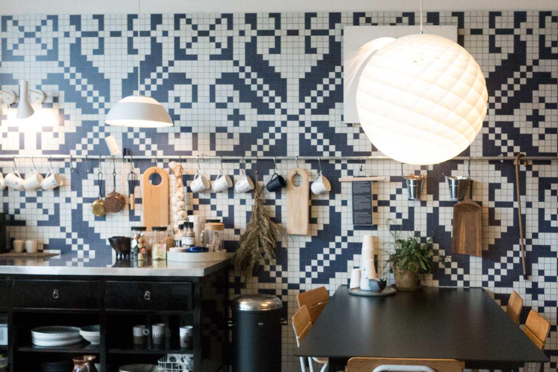 Luminarias mezcladas en la cocina con paredes de azulejos