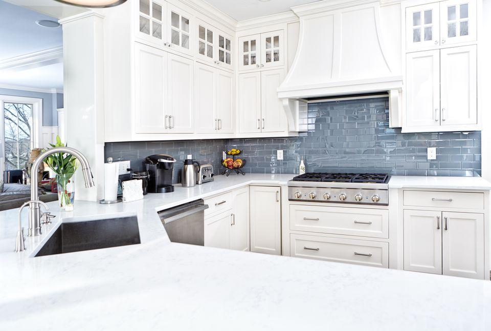 Cocina moderna con placa para salpicaduras de azulejos