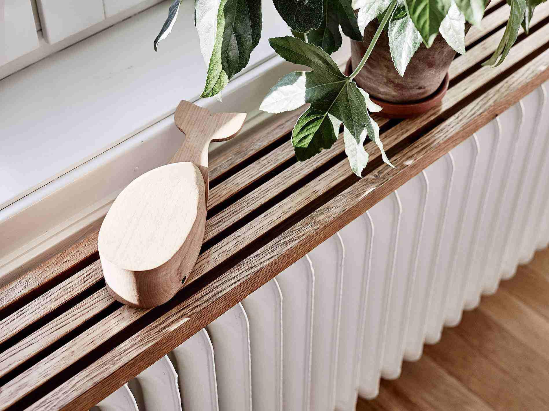 estante de madera sobre un radiador
