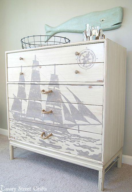 tocador reciclado con una silueta de barco pintada