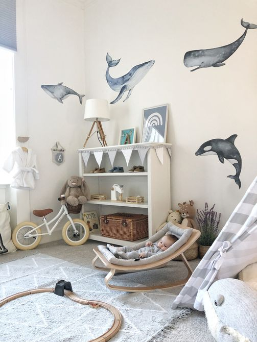 Una foto de un vivero de animales con temática de ballenas