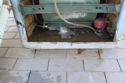 Refrigerador de pantano abierto para mostrar la válvula de flotador