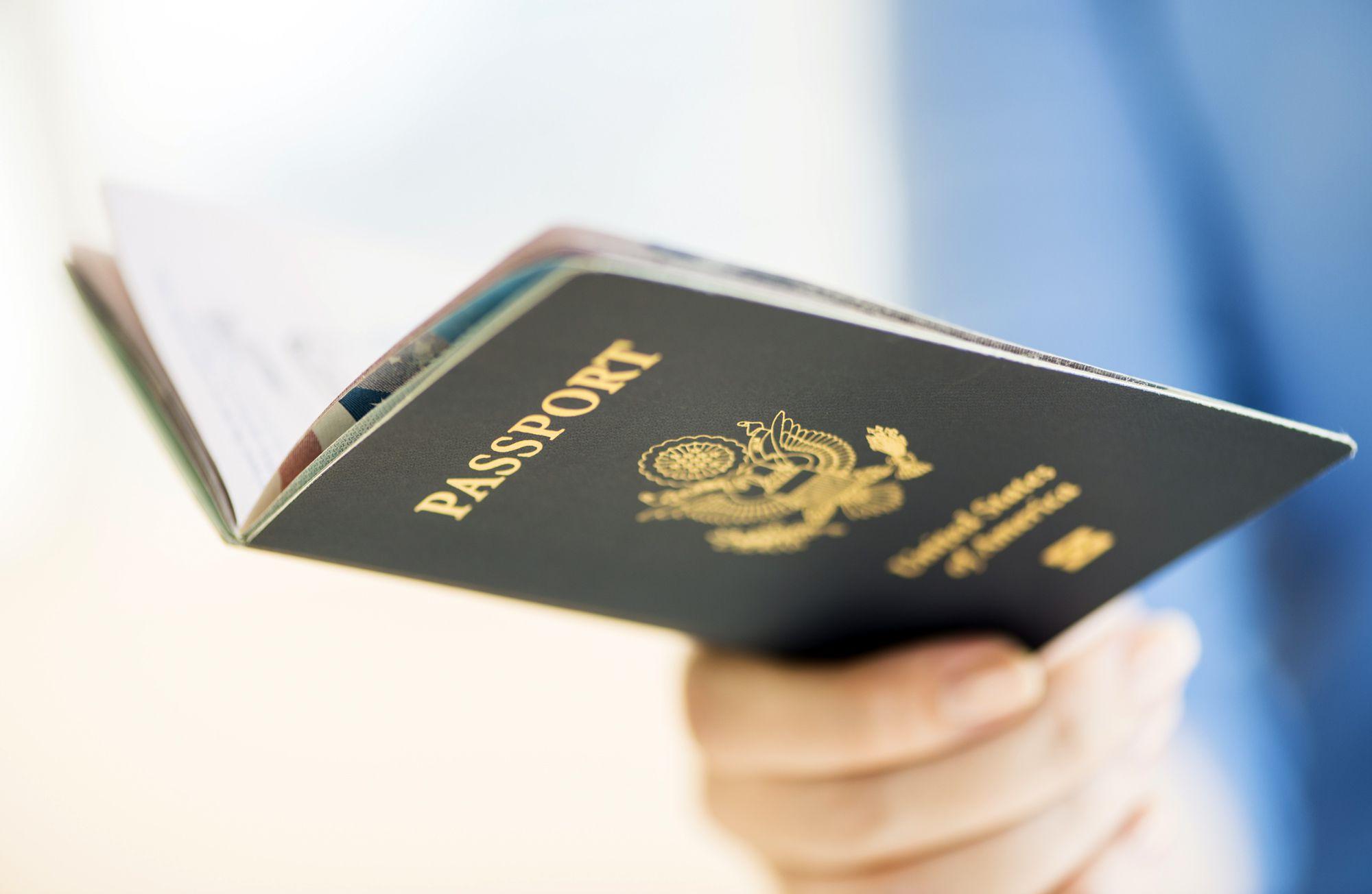 Persona con un pasaporte estadounidense abierto