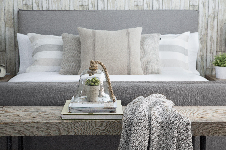 Dormitorio rústico con gris y blanco