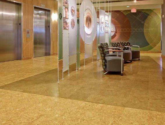 pisos de corcho con incrustaciones en el vestíbulo de la oficina