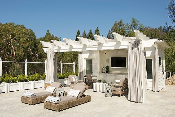 Pérgola de la casa de la piscina con cortinas