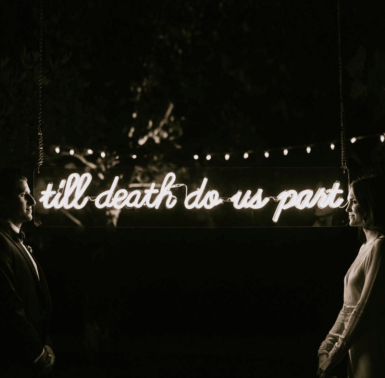 cartel de neón que dice hasta que la muerte nos separe