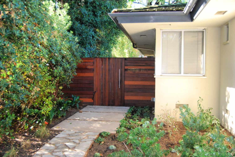 puerta de jardín de madera multicolor