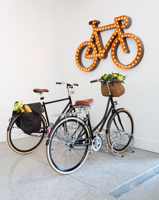 luz en forma de bicicleta en el garaje