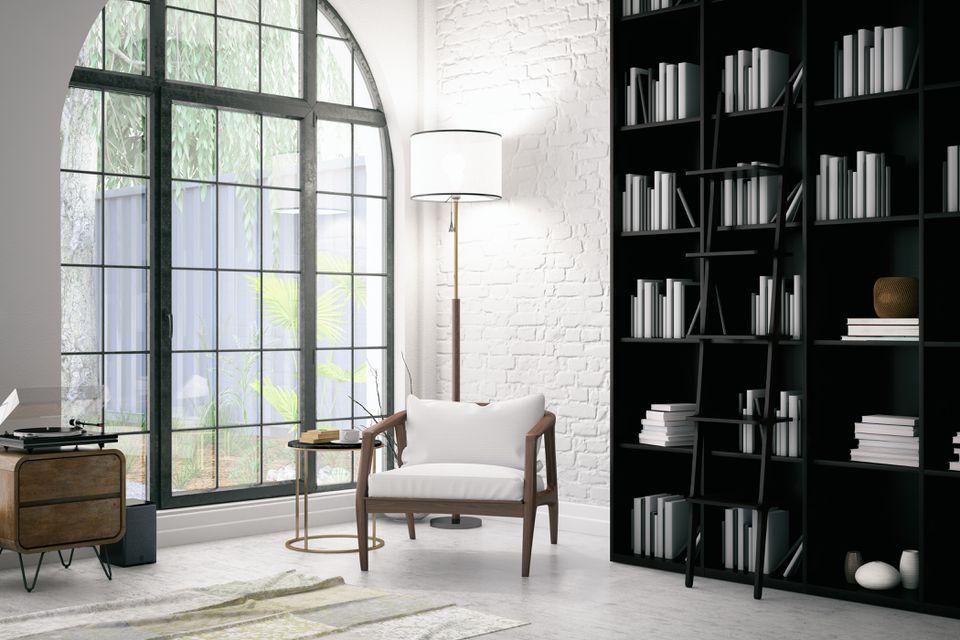 Interior moderno con una silla y libros.