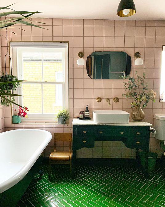Baño con bañera con patas verdes