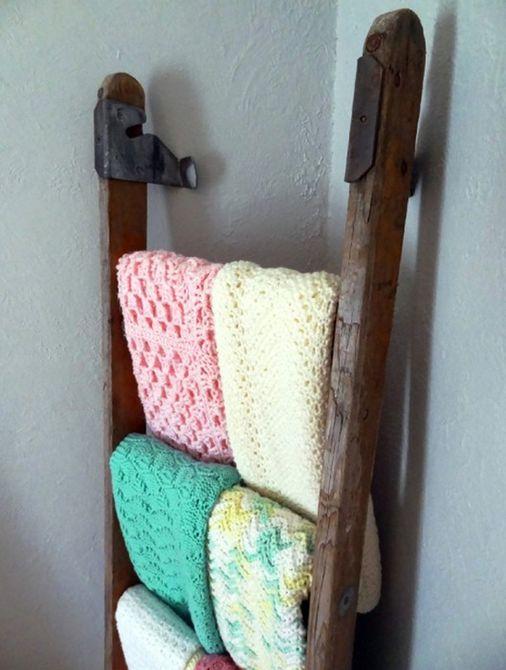 Vintage escalera de madera utilizada para exhibir mantas en la guardería