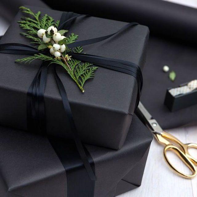 Envoltura de regalo moderna en negro mate
